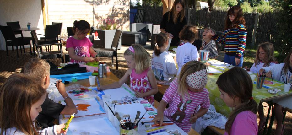 Sur Oléron au camping La Campière, le club enfants en plein atelier