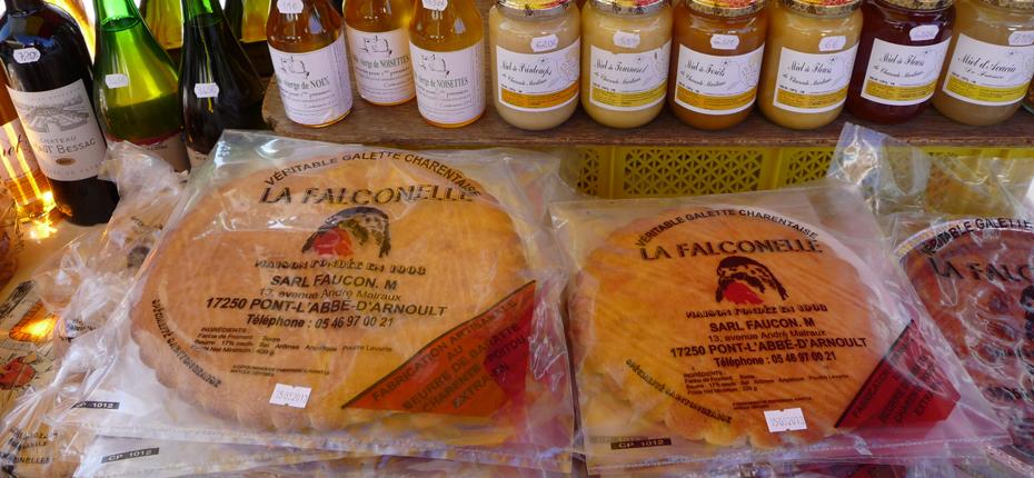 Le miel et les galettes charentaises sur le marché à Oléron