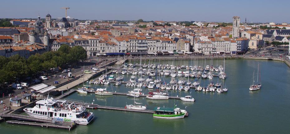 Le vieux port de la Rochelle et ses bateaux à quai