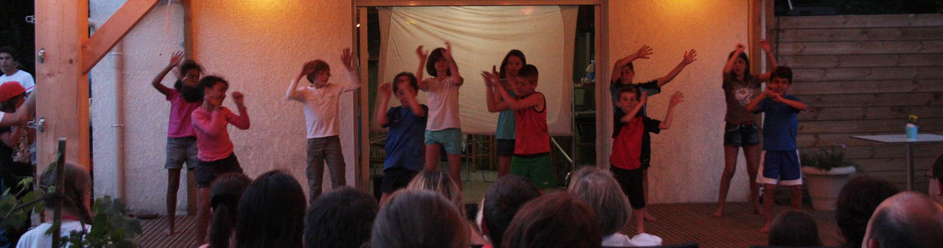 Les enfants proposent leur spectacle au camping sur Oléron
